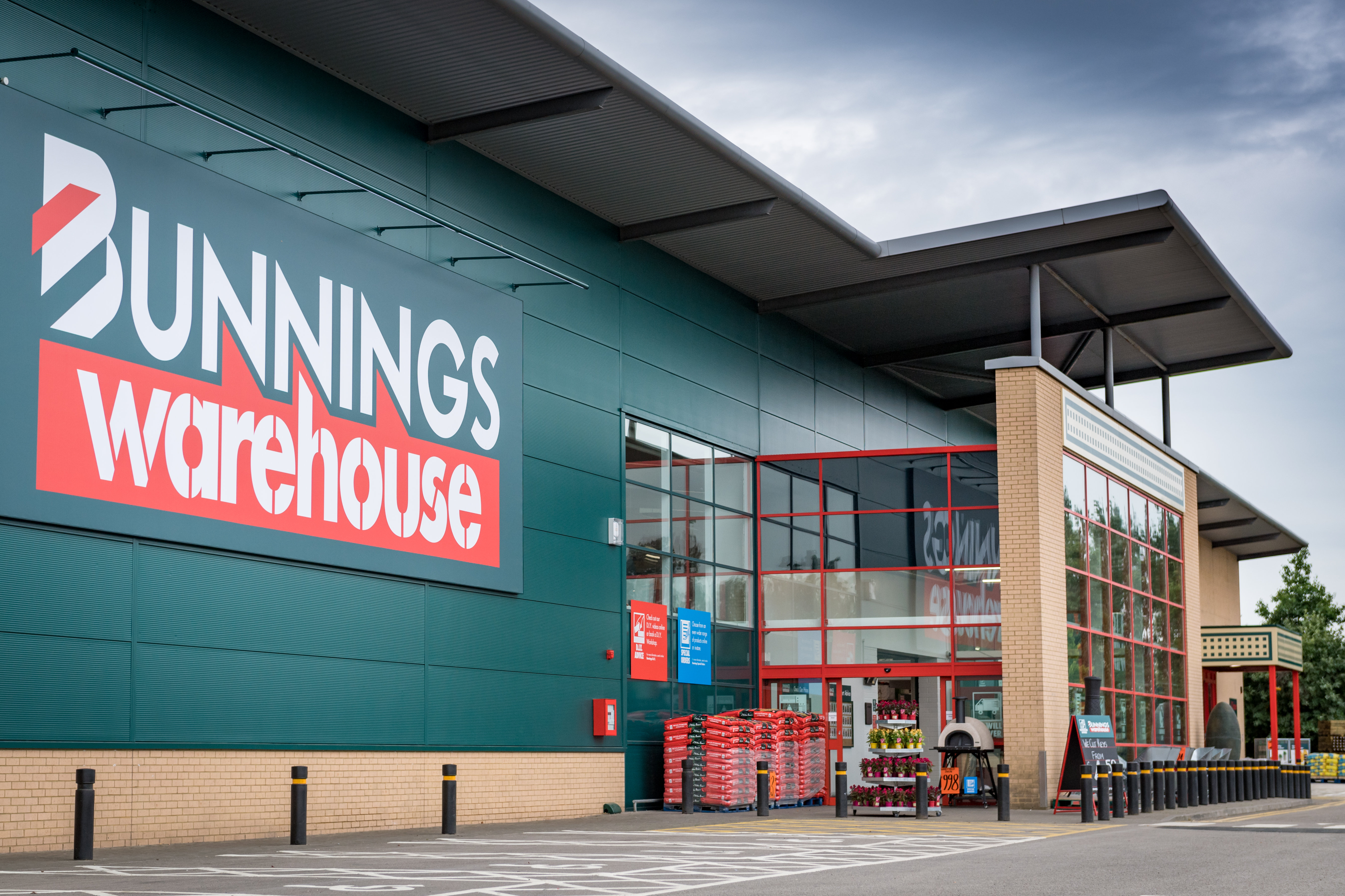 bunnings warehouse opens its largest uk store housewares. Black Bedroom Furniture Sets. Home Design Ideas